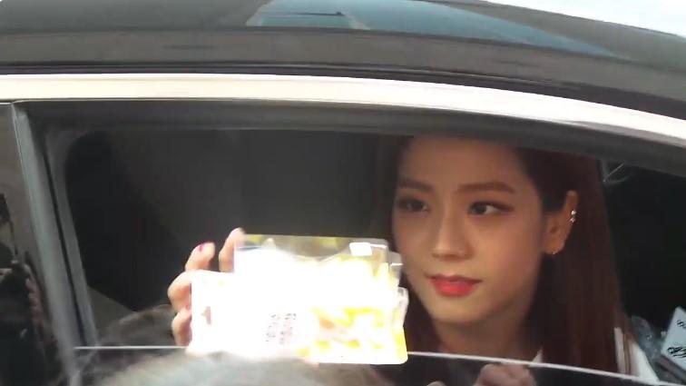 กฎหมาย ชาวเน็ต เกาหลี ไอดอล BLACKPINK yg jisoo จีซู ของขวัญ แฟนคลับ