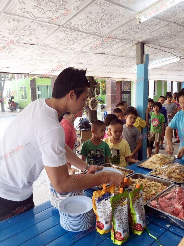 หมาก ปริญ ทำบุญ วันเกิด อายุ 27 เลี้ยงอาหาร เด็กกำพร้า เชียงใหม่ พ่อแม่ บ้านเกิด คิม แจกของ ไหว้พระ ข่าว วันนี้