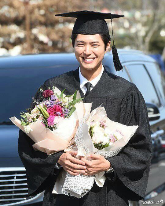 """เปิดภาพความน่ารัก บัณฑิต Park Bo Gumเจ้าของฉายา """"ขอให้พระคุ้มครอง"""""""