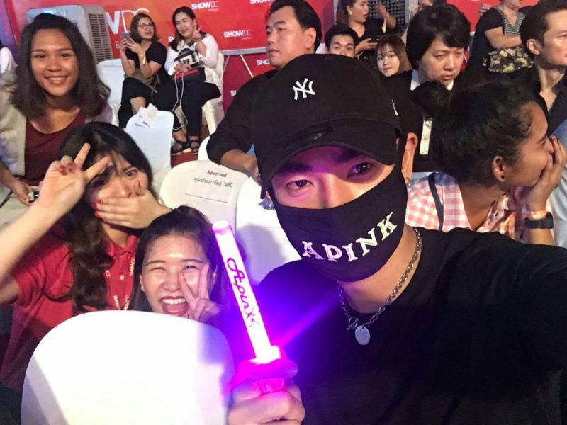 """สื่อ เกาหลี รายงาน ข่าว """"เป๊ก ผลิตโชค"""" นักร้องชื่อดัง ของไทย เป็น แฟนคลับ ไอดอลวง """"APink"""""""