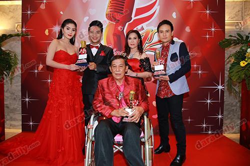 ผลรางวัล มหานครอวอร์ดส บันเทิง ลูกทุ่ง ศิลปิน นักร้อง รางวัลอันทรงเกียรติ