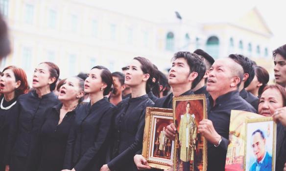 โม คนไทยรักกัน คำสอน ชีวิตพอเพียง ร้องเพลงสรรเสริญพระบารมี