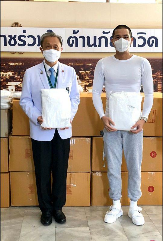 """""""แบงค์ Clash มอบชุด PPE  โรงพยาบาลศิริราช"""