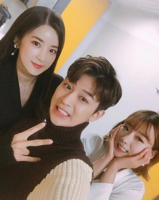Yunhyeong วง iKON, Bomi และ Chorong วง Apink