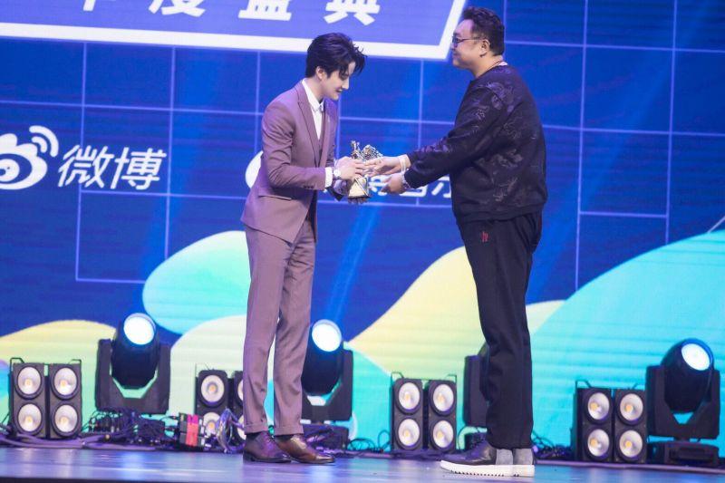 ไมค์ พิรัชต์ รางวัล ศิลปินต่างชาติยอดนิยม จีน ดัง